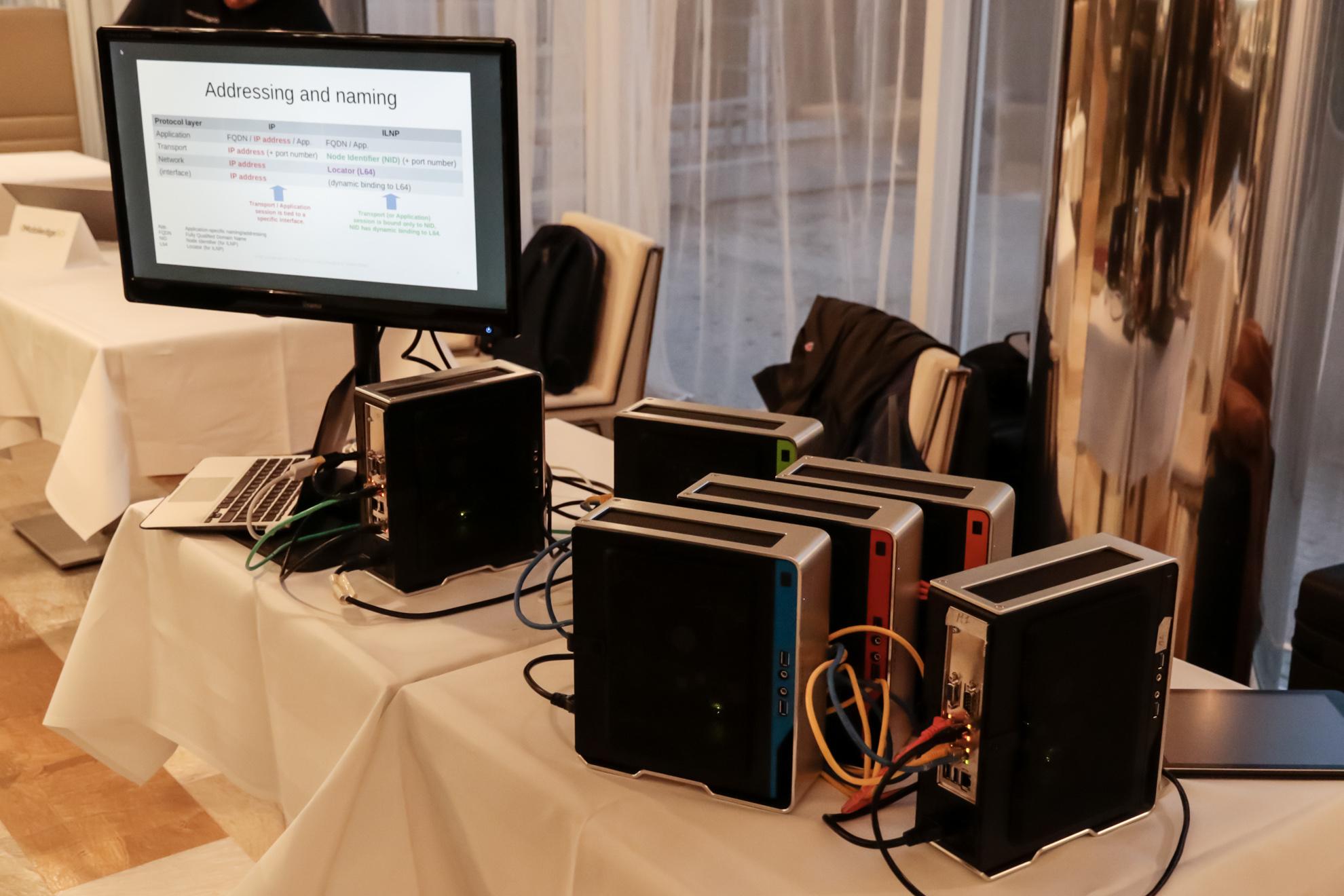 Netdev での デモ機材がテーブルに並んでいる様子。